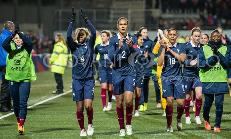 Joueuse de l'équipe de France. Un oeil sur les quarts de finale de la Coupe de France ; un autre sur l'Algarve