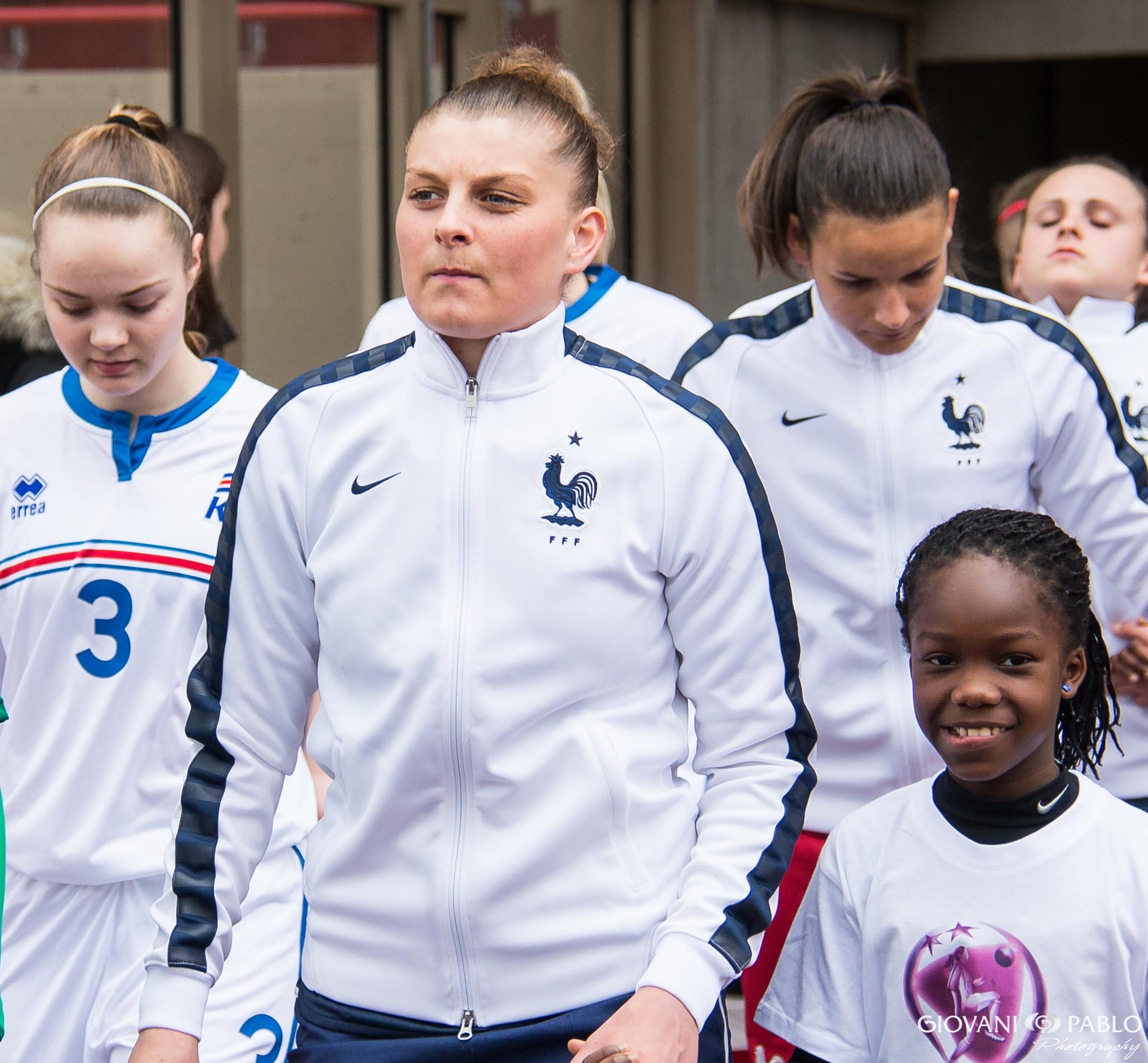 Crédit : Gianni Pablo. Marie Charlotte lèger, concentrée avant son match en U19 face à l'Islande. Lesfeminines.fr
