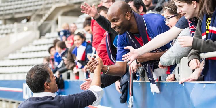 Farid Benstiti salue le groupe de supporters parisiens habituels. Crédit Giovanni Pablo. Lesfeminines.fr