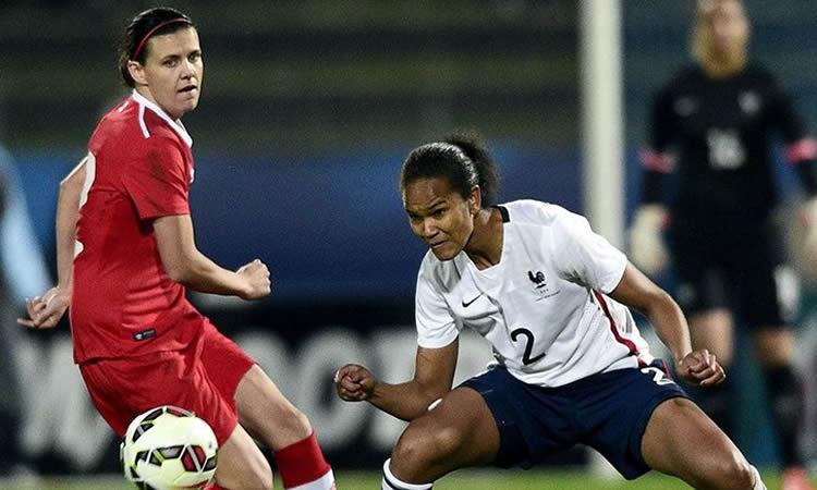 Football féminin. La France gagne avec son attaque et sa défense tout en laissant aussi des espoirs au Canada