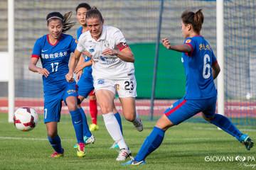 Sandrine Dusang, capitaine remonte le ballon devant Shanghaï. Crédit Gianni Pablo. Lesfeminines.fr