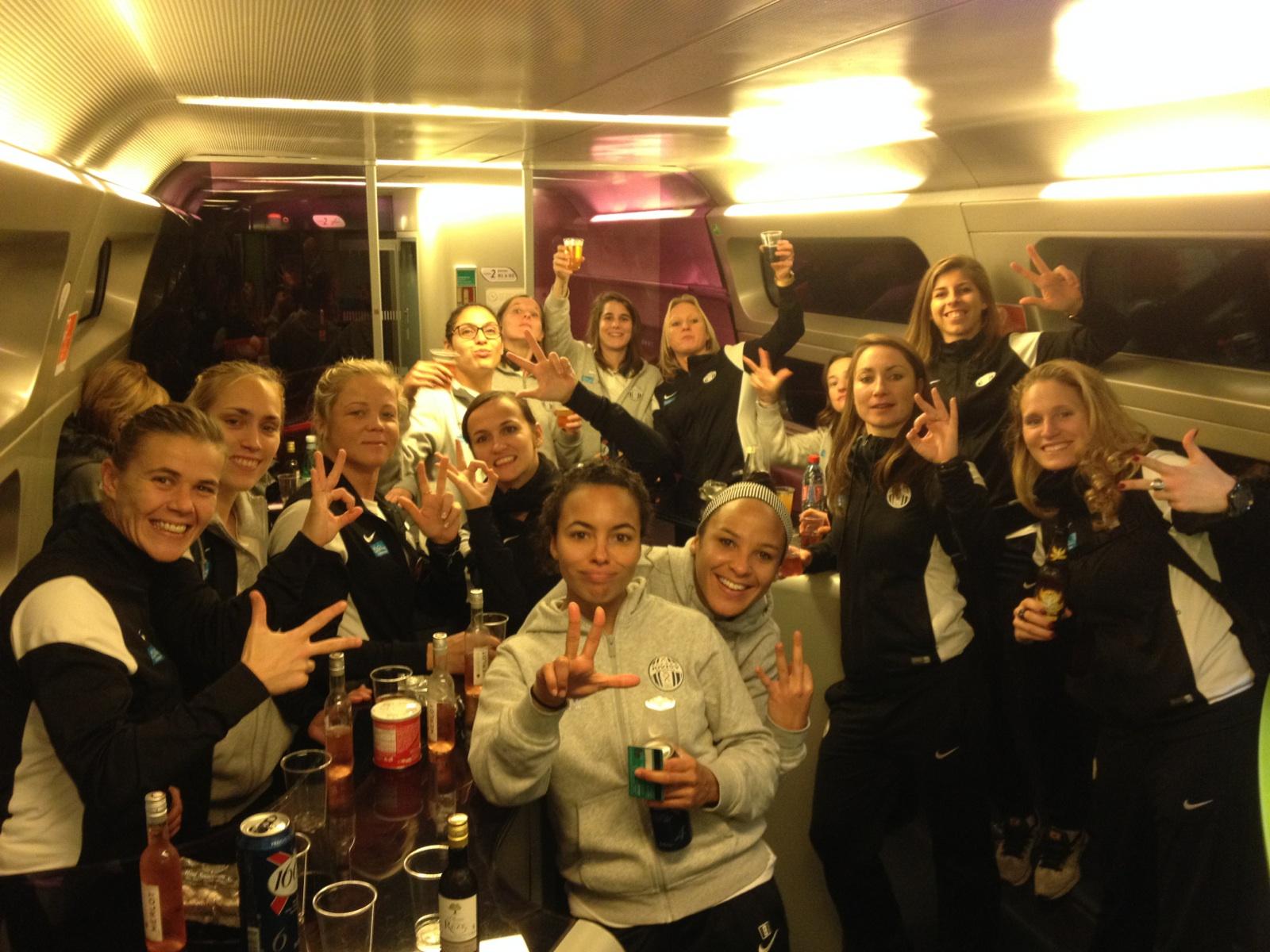 D1F – 10J – Les résultats de la 10è j. Les équipes gagnantes fêtent la victoire.