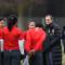 Bruno Bini, coach de l'Equipe de Chine, en discussion avec le groupe. Crédit Alexandre Dimou. lesfeminines.fr
