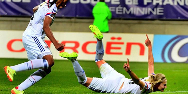Corine Petit. L'envol d'un oiseau avec son but de la tête face au PSG en finale de la Coupe de France 2014. Crédit le Progrès. Lesfeminines.fr