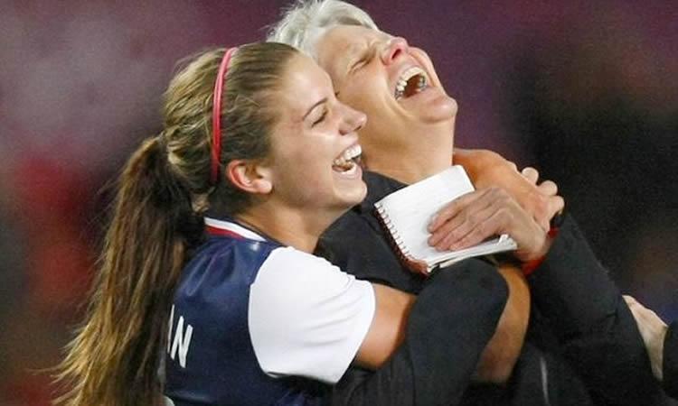 Pia Sundhage, coach de l'équipe de Suède. La tête dans les étoiles. Crédit FIFA. Lesfeminines.fr