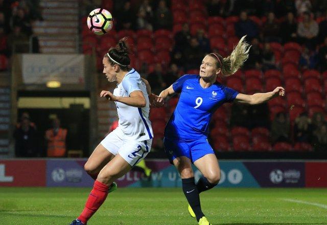 Lucy Bronze, joueuse du match pour l'angleterre face à Eugénie Le Sommer. Crédit fff. lesfeminines.fr