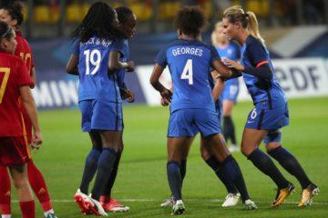 Les Bleues. La danse des sioux de l'equipe de France. crédit fff.fr. lesfeminines.fr