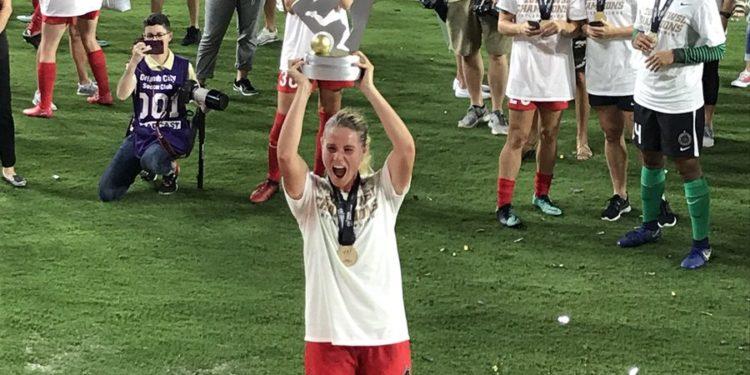 Amandine Henry soulève le trophée de la WNSL 2017.