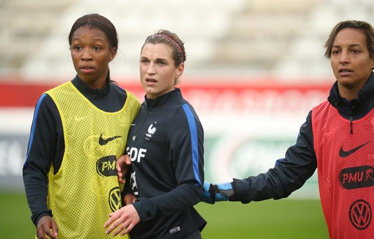 Léa Le Garrec à l'entraînement en Equipe de France. ENtre Grace Geyoro et Sarah Bouhaddi. Crédit fff.fr Lesfeminines.fr