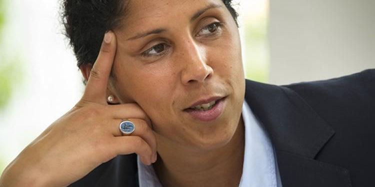 Steffi Jones. Ex internationale allemande. Présidente du comité orga de la CM 2011 en Allemagne. Sélectionneuse de la Mannschaft depuis 2016.