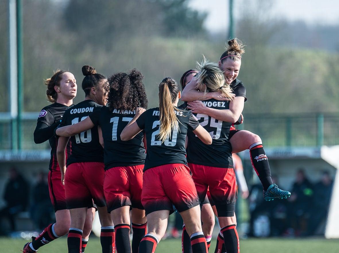 L'équipe de Fleury 91 se congratule après l'égalisation (1-1) ) la 35'. Crédit Giani Pablo. Lesfeminines.fr
