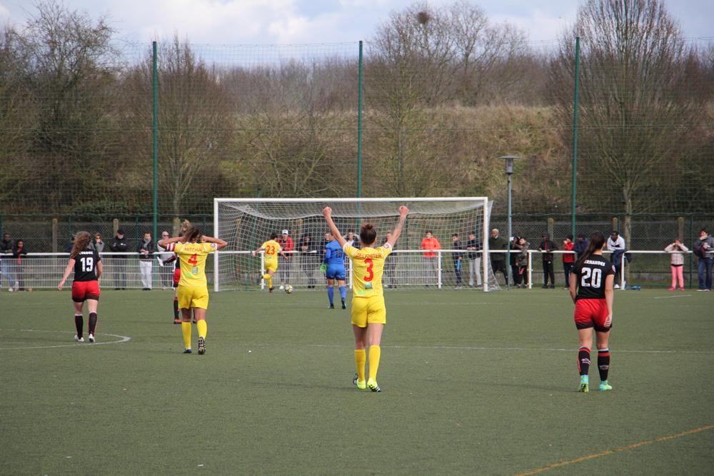 le but appliqué de Khourti qui va jusqu'à la ligne de but pour marquer (37', 0-1). crédit Remi Poirier. Lesfeminines.fr